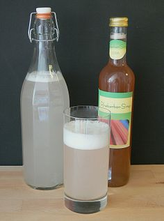 Melissen-,Holler-, Pfefferminz-, Lavendel- ,Flieder -Sirup 300g Blüten bzw Blätter,2 Zitronen in Scheiben geschnitten, 50g zitronensäure,1 1/2 Liter Wasser ..2 tage stehen  lassen ..abseihen und mit 2 Kilo Zucker verrühren bis der zucker  aufgelöst ist ist ..abfüllen...und genießen..