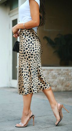 Leopardenmuster + Lucite Strap Heels (via Andee Layne) Skirt Outfits, Casual Outfits, Cute Outfits, Fashion Outfits, Womens Fashion, Winter Outfits, Fashion Ideas, Cardigan Outfits, Fashion Tips