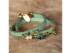 Wikkelarmband van Groen Leer met Diverse Details | Deze wikkelarmband van groen plat leer is voorzien van diverse kralen en bedels. De armband kan twee keer om de pols en is onder andere voorzien van een groene Swarovski steen en een goudkleurige sterretje en veertje. #bazou #bracelet #armband #rendezvousofstyle