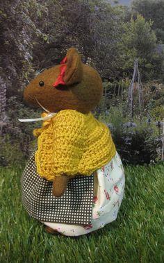 Si tratta di Primrose... ispirato dai racconti incantevoli di Brambly Hedge Lei è un bella mouse storybook fatti a mano che misura poco più di 6,5 pollici. È splendidamente vestita in un abito di cotone stampato incantevole e un piccolo grembiule a quadretti che lega nella parte posteriore con un bel fiocco e pizzo. Lei indossa un cardigan alluncinetto color senape che ha un bel fiore di raso in alto. Lei indossa bloomers bianco sotto. Più adorabile e unico nel suo genere.