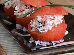 Receta | Tomates rellenos de arroz salvaje con salsa de yogur y soja - canalcocina.es