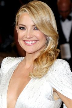 Kate Hudson With A Sleek Curled Side-Parted Style