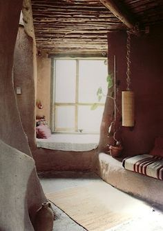window seat in a clay plaster, cob, straw bale house Maison Earthship, Earthship Home, Interior Flat, Interior And Exterior, Cob Building, Mud House, Adobe House, Tadelakt, Natural Homes