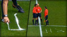 Joao Capela funktioniert das Schiedsrichter-Spray um und gedenkt mit einer ganz besonderen Geste seinem verstorbenen Kollegen.