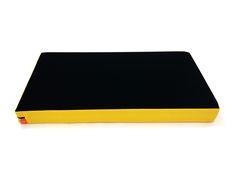 Almofada Bandeja para Notebook Preta e Amarela 54X30cm - Com tamanho maior do que os modelos tradicionais, na maioria dos casos cabe o notebook e mouse! Alem de ser leve e com otima estabilidade, possui capa totalmente removivel que facilita a limpeza e higiene. -  Dom Gato