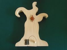 Tree Fairy Door Kit includes, door and frame, 1 hinge and screws, door handle, and a choice of 6 decorations. You can choose between 7 different decorations : dragon, cat, thistle,  star, shamrock, treble clef or dragonfly. It was created by scroll saw artist Joanne MacKenzie