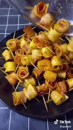 Bite Size Appetizers, Appetizer Recipes, Finger Food Catering, Easy Potato Recipes, Food Carving, Good Food, Yummy Food, Pub Food, Food Garnishes