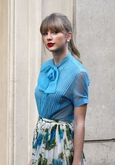 Taylor Swift in pussy-bow blouse and flower print skirt Estilo Taylor Swift, Taylor Swift Style, Taylor Alison Swift, Red Taylor, Taylor Swift Pictures, Bow Blouse, Elsa Hosk, Blonde Hair, Celebs