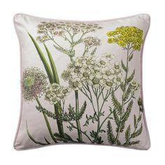 Ob auf dem Sofa, Bett oder Sessel – mit diesem wunderschönen Dekokissen mit Blumenmotiv von Bloomingville bringen Sie Abwechslung in Ihr Zuhause. Wir haben das zauberhafte Kissen in zwei verschiedenen Farben.