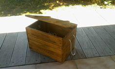 Petit coffre en bois recyclé. Dimension: longueur 38cm, largueur 25cm, hauteur 25cm.