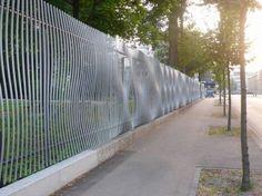 Металлический забор с эффектом выпуклостей.