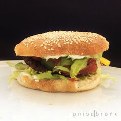 Som sædvanligt kan jeg ikke finde en opskrift og så bare følge den, så selvom jeg har hørt mange gange, at Claus Meyer laver de bedste burgerboller, så får de lige et touch af mig.. og de er FANTAS…
