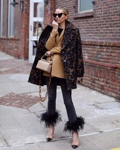 Skinny Pants with a little Extra Monique Lhuillier, Stylish Outfits, Fall Outfits, Parka, Belle Silhouette, Différents Styles, Blair Eadie, Feather Fashion, Do It Yourself Fashion