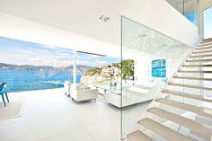 Белый интерьер гостиной в Mallorca Gold