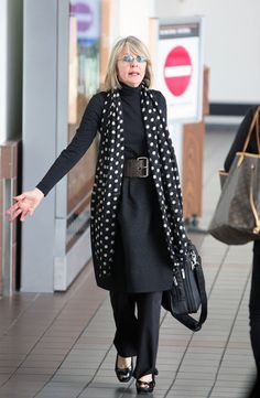 Diane Keaton Photos - Diane Keaton makes the most of her scarf and uses it to cover her face as she arrives at LAX Airport. - Diane Keaton Photos - 932 of 1097 Mature Fashion, Fashion Over 50, Look Fashion, Trendy Fashion, Womens Fashion, Fashion Boots, Diane Keaton, 50 Style, Mode Style