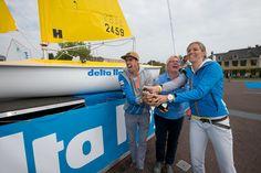 Lobke en Dorian dopen het bootje dat Delta Lloyd aan Sailwise ter beschikking heeft gesteld zodat ook kinderen met een lichamelijke handicap kunnen leren zeilen.