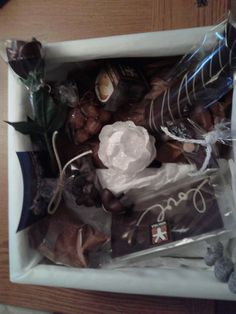 Cesta con motivo navideño, y rosa de chocolate entre otros chocolates