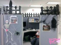 office halloween decorating themes office decorating contest decorating my boss cubicle office decorating ideas office cubicle halloween decorating ideas Office Halloween Themes, Halloween Cubicle, Casa Halloween, Office Themes, Halloween Party Supplies, Halloween Decorations, Halloween Fashion, Cubicle Decorations, Halloween Tricks