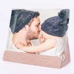 Personello Personalisierbares Glasfoto mit Holzleiste | design3000.de Design3000, Shops, Crochet Hats, Beanie, Pictures, Timber Mouldings, Corning Glass, Gifts, Knitting Hats