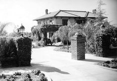 Before Alla Nazimova turned her estate on Sunset Blvd into the Garden of Allah hotel, it was her movie star mansion. This is how it looked at the time (probably around 1920 Golden Age Of Hollywood, Vintage Hollywood, West Hollywood, Classic Hollywood, Hollywood Party, Garden Of Allah, Hollywood Homes, Sunset Strip, Retro