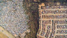 Fotos revelam pobres e ricos divididos por apenas uma linha de terra na África do Sul