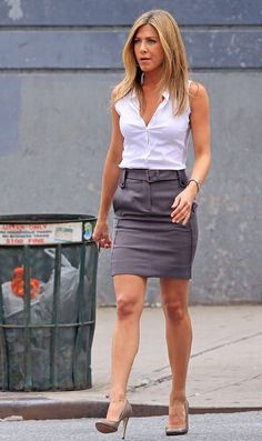 """Jennifer Aniston Photos - Actress Jennifer Aniston is in good spirits as she walks to the Midtown Manhattan set of her upcoming film """"The Bounty"""" in a business casual chic ensemble. - Jennifer Aniston gets chic"""