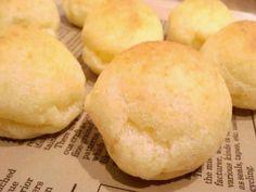 """ブラジル生まれの南米諸国で多く食べられている無発酵パン、ポン・デ・ケージョ。直訳すると""""チーズパン""""と言う名前の通り、香るチーズの塩味が後引くおいしさです。そ…"""
