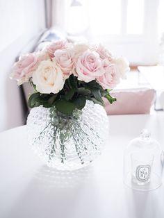 Roses / svenkst tenn / dagg vase Cut Flowers, Beautiful Flowers, Pinterest Room Decor, Beautiful Home Gardens, Decoration Plante, Online Florist, Flower Vases, Rose Vase, Flower Delivery