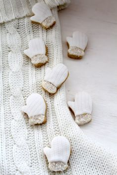 cute mitten cookies! textured fondant makes them look like they're really knit