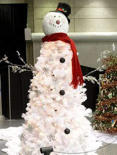 What a fun looking #Christmas tree idea! Love the way the sheet at the bottom makes it look like he's melting. Very clever.
