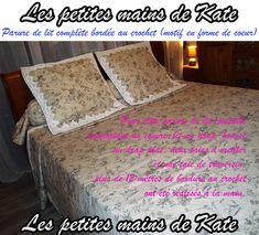 Parure de lit complète bordée au crochet (motif en forme de cœur). Pour cette parure de lit complète comportant un couvre-lit, un drap-housse, un drap plat, deux taies d'oreiller et une taie de traversin, plus de 12 mètres de bordure au crochet ont été réalisés à la main par Les petites mains de Kate.