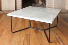 Mesa de centro con estructura en Cold Rolled y superficie en mármol