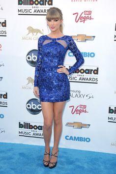 Todos los looks de los Billboard Music Awards 2013. Taylor Swift llevó un mini vestido azul metalizado de quien es uno de sus diseñadores de cabecera últimamente, Zuhair Murad. Los zapatos eran de Jimmy Choo.