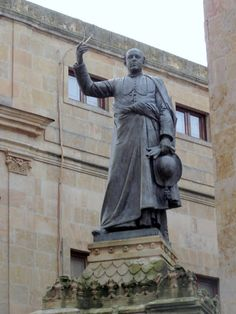 Salamanca - Statue in Plaza de Juan XXIIl   https://plus.google.com/+RobertBovington/posts