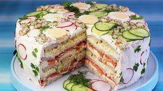 Festliche Sandwichtorte für Silvester. Ursprünglich kommt die Smörgåstårta, die Sandwichtorte aus Schweden. In den 90er Jahren war sie ein Muss auf allen Feten. Die Basis sind Toastbrote mit ...