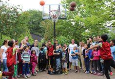 """Bergisch Gladbach - Aktuelles: Café KiWo freut sich über Spende eines mobilen Basketballkorbs -- Das große Café KiWo Sommerferienprogramm für die Kinder und Jugendlichen im Wohnpark Bensberg erlebte Ende der ersten Ferienwoche einen ersten Höhepunkt: Die Unternehmensberatung """"Assure Consulting"""" veranstaltete ein Basketballturnier, zu dem alle interessierten und basketballbegeisterten Jungs und Mädels aus dem Wohnpark und der Umgebung herzlich eingeladen waren."""