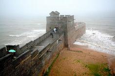 """En el condado de Shanhaiguan, en la costa donde comienza la Gran Muralla de China. Este lugar se llama """"cabeza del dragón""""."""