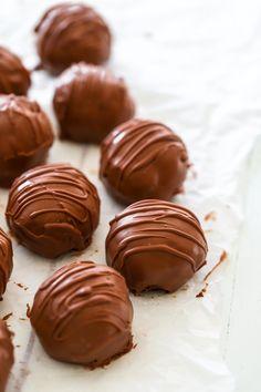 Kladdkakebollar med Dumle Best Dessert Recipes, Candy Recipes, No Bake Desserts, Baking Recipes, Homemade Sweets, Homemade Candies, Chocolates Gourmet, Grandma Cookies, Baked Bakery