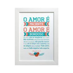 Quadro O Amor É emoldurado com vidro anti-reflexo, moldura de madeira, fundo em foam board e papel silk alta resolução.