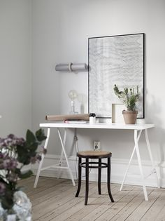 Beautiful Nordic home featuring fresh whites, natural wood floors and a mix of modern & retro furnishings. Interior inspiration!