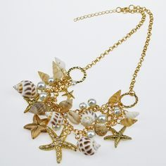 Collar y cadena con perlas y conchas de mar