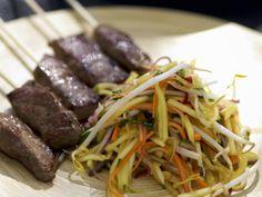 Fleischspieß mit Salat aus Mango - smarter - Zeit: 30 Min. | eatsmarter.de