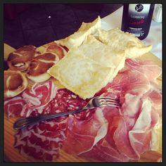 "Lambrusco, crescentine, tigelle, affettati..""I piaceri italiani"" - Instagram by fexte"
