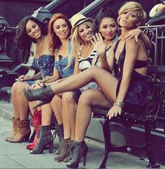 The Saturdays -  i want a picture like this  with my friends!