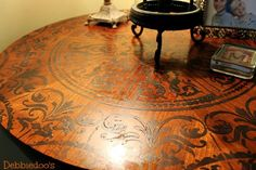 OOOHHHH YEA Love this**********stencil table top with a ceiling medallion stencil (Cutting Edge Stencils). Use just glossy craft paint and a foam roller. Two coats satin finish poly to seal. Stencil Table Top, Stenciled Table, Floor Stencil, Stenciled Floor, Furniture Projects, Furniture Makeover, Diy Furniture, Diy Table Top, A Table