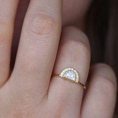 a023bbbf8 This glitzy half-moon ring is straight-up magical. Anel De Diamante Almofada