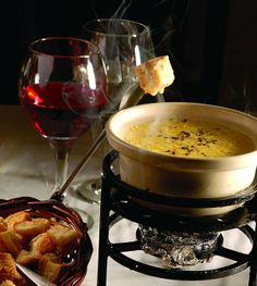 Wine and cheese Fondue Wine Party Appetizers, Bread Appetizers, Fondue, Charcuterie, Crepes, Olives, Wine Paring, Italy Food, Wine Cheese