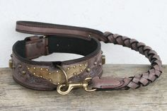 Personalized dog collar and leash - CASTIEL --- Unique handcrafted dog collar made of purplish brown harness leather with a wing shaped brass plate, geometrical embossings and elegant decorative rivets. Hand antiqued. Nubuck background leather.