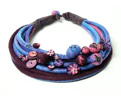 Collar de fieltro con pulsera en azul púrpura y rosa por Dahrana