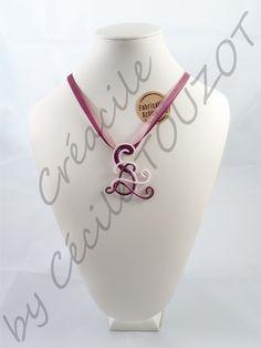 Pendentif en fil aluminium violet prune et rose pastel sur un tour de cou en rubans assortis.     Frais et élégant, ce pendentif saura se faire remarquer par sa discrétion mêlée à son originalité.